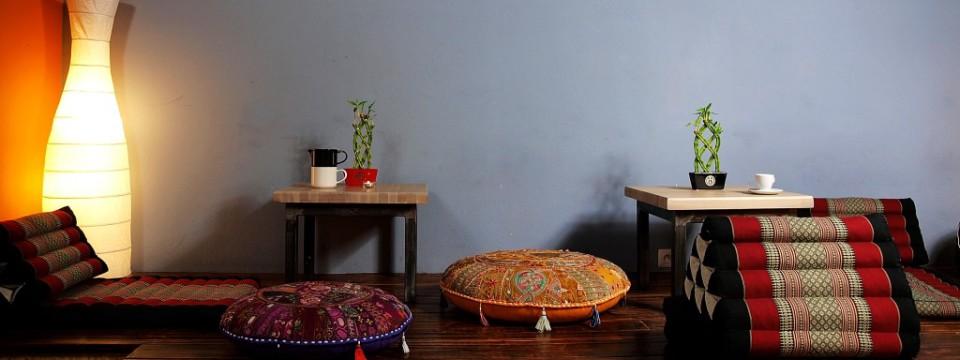 Slajder – podest z orientalnymi pufami na II sali w Tam i z Powrotem